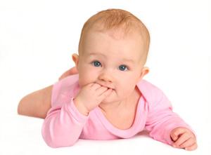 μωρό με το χέρι στο στόμα