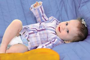 μωρό στον καναπέ