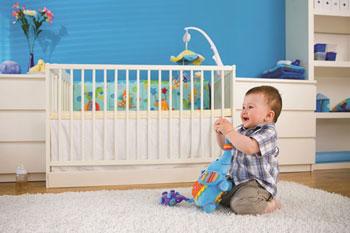 μωρό παίζει στην κούνια