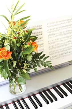 λουλούδια στο πιάνο