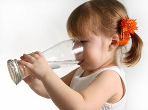 μωρό πινει νερό