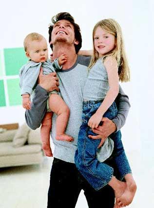 μπαμπάς με παιδιά αγκαλιά