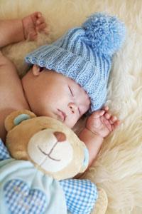 μωρό με σκούφο κοιμάται