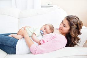 μαμά με μωρό αγκαλιά
