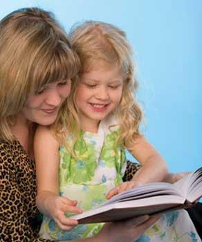 μαμά και παιδί διαβαζουν