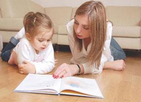 μαμά και κόρη διαβάζουν