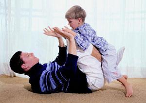 μπαμπάς και γιός παίζουν