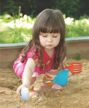 μωρό παίζει με την άμμο