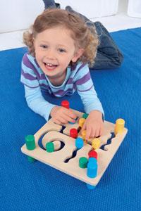 κοριτσάκι παίζει με τουβλάκια