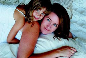 μαμά κα κόρη αγκαλιά στο κρεβάτι