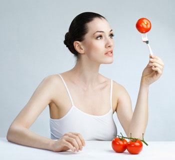 κοπέλα τρώει ντομάτες