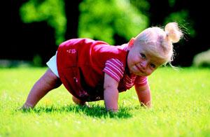 μικρό κορίτσι στην εξοχή
