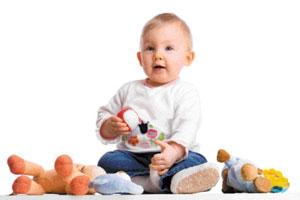 μωρό με παιχνίδια