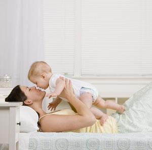 μαμά και μωρό παίζουν κρεβάτι