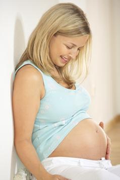 καθιστή έγκυος γελάει