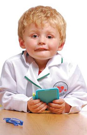 παιδάκι με ιατρική φόρμα