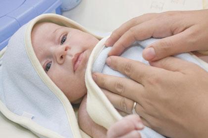σκουπίζοντας το νεογέννητο μωρό