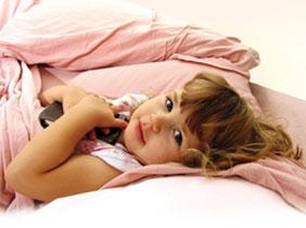 παιδί στο κρεβάτι