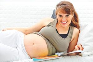 εγκυος γυναίκα χαμογελάει