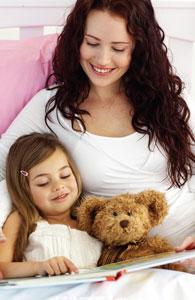 μαμά με κόρη αγκαλιά στο κρεβάτι