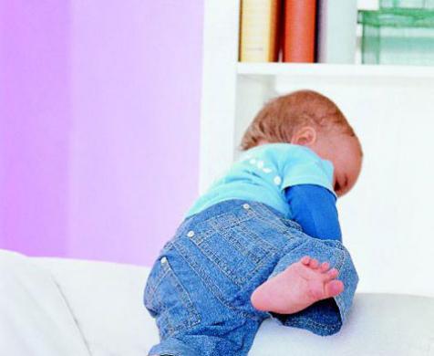 νεογέννητο σκαρφαλώνει