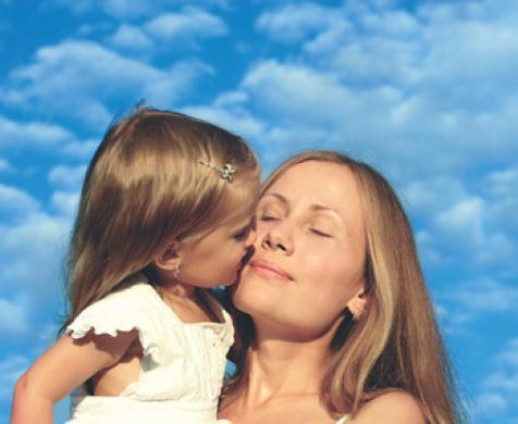 μαμά με κόρη αγκαλιά