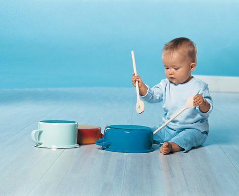 μωρό παίζει μουσική