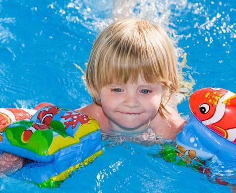 παιδί με σωσίβιο κολυμπάει