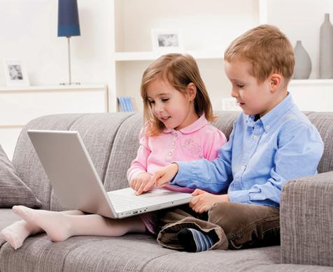 παιδιά στον καναπέ με laptop