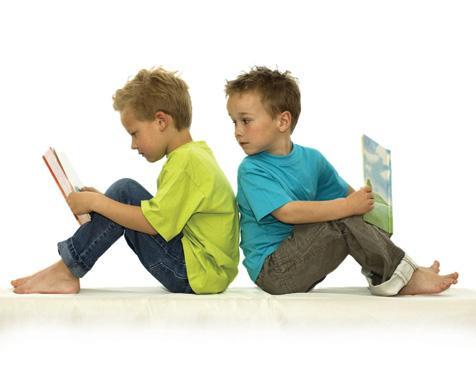 παιδιά κάθονται και διαβάζουν