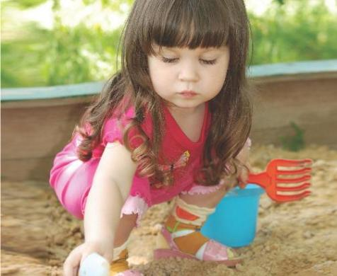 μικρό κοριτσι παίζει στον κήπο