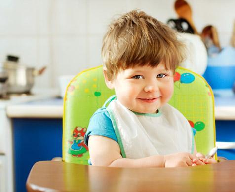 μωρό στο τραπέζι τρώει