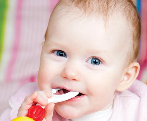 μωρό βγάζει δόντια