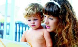 μαμά και παιδί διαβάζουν