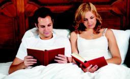 ζευγάρι διαβάζει στο κρεβάτι