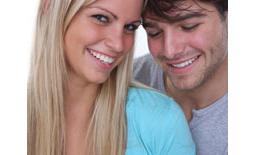 ζευγάρι κοιτά τεστ εγκυμοσύνης