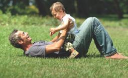 μπαμπάς παίζει με παιδί