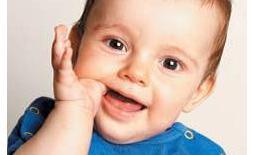 μωρό με το δάχτυλο στο στόμα