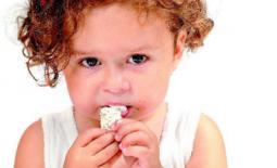 νήπιο τρώει
