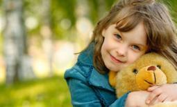 κορίτσι με αρκουδάκι