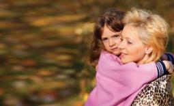 μαμά και κόρη αγκαλιά