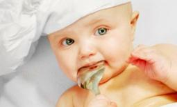 μωρό τρώει αλάτι