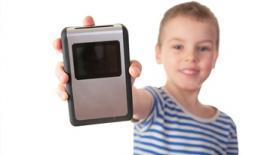 παιδί με ηλεκτρονικό παιχνίδι