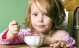 κοριτσάκι τρώει πρωινό