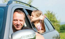 μπαμπάς και παιδιά στο αυτοκίνητο
