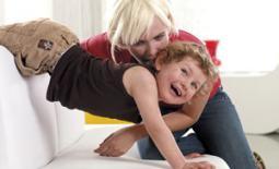 μαμά και γιός παίζουν