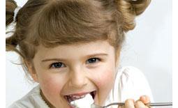 παιδι τρώει γιαούρτι