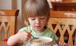 παιδί τρώει σούπα