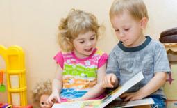 μικρά παιδιά διαβάζουν