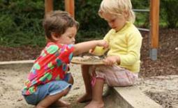 παιδιά στην παιδική χαρά